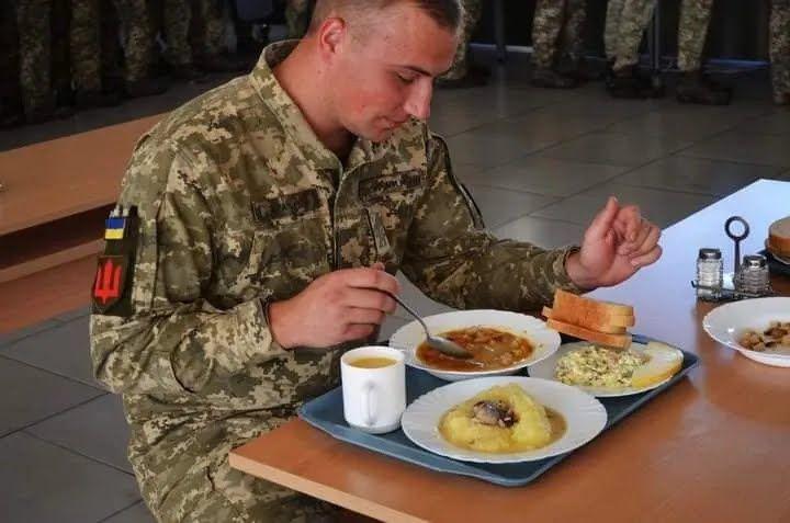Обід в їдальні танкової бригади