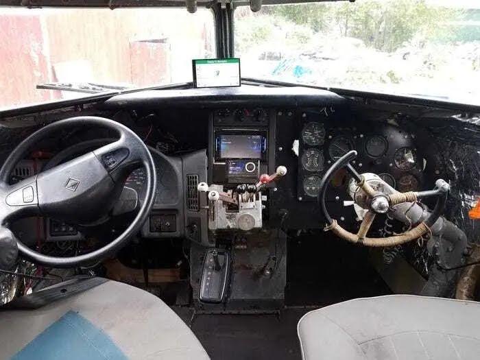 В кабіні пілотів встановили приладову панель автомобіля