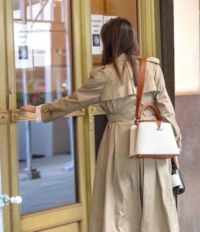 Джолі була одягнена в коричневий плащ