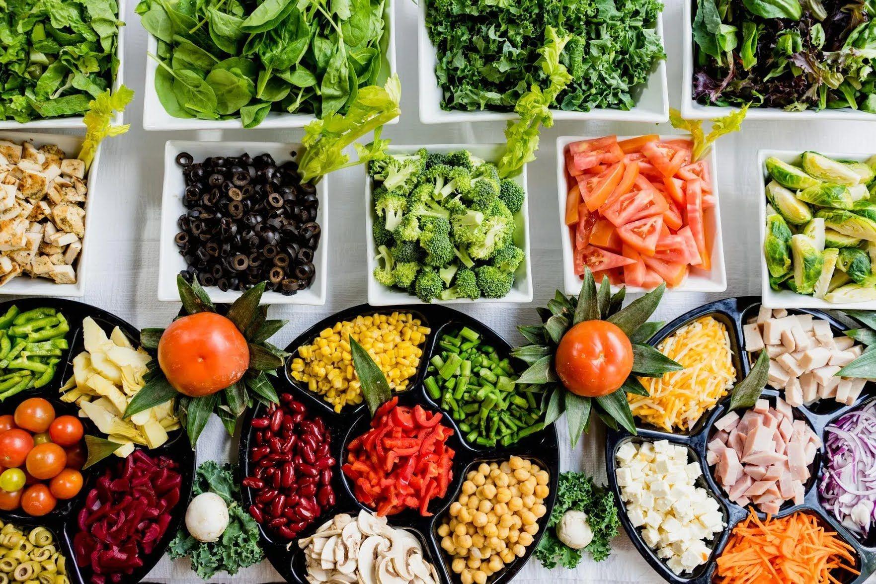 По середах і п'ятницях у Петрів піст можна їсти хліб, сіль, сирі овочі та фрукти, сухофрукти, горіхи, мед, пити воду