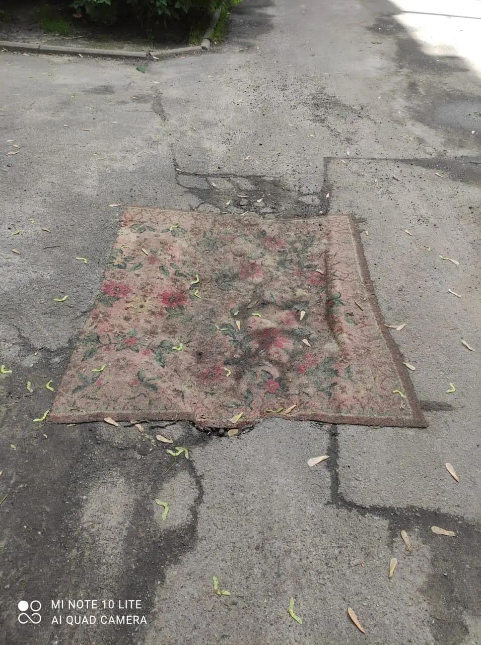 """Для """"ремонту"""" використовували старі килими."""