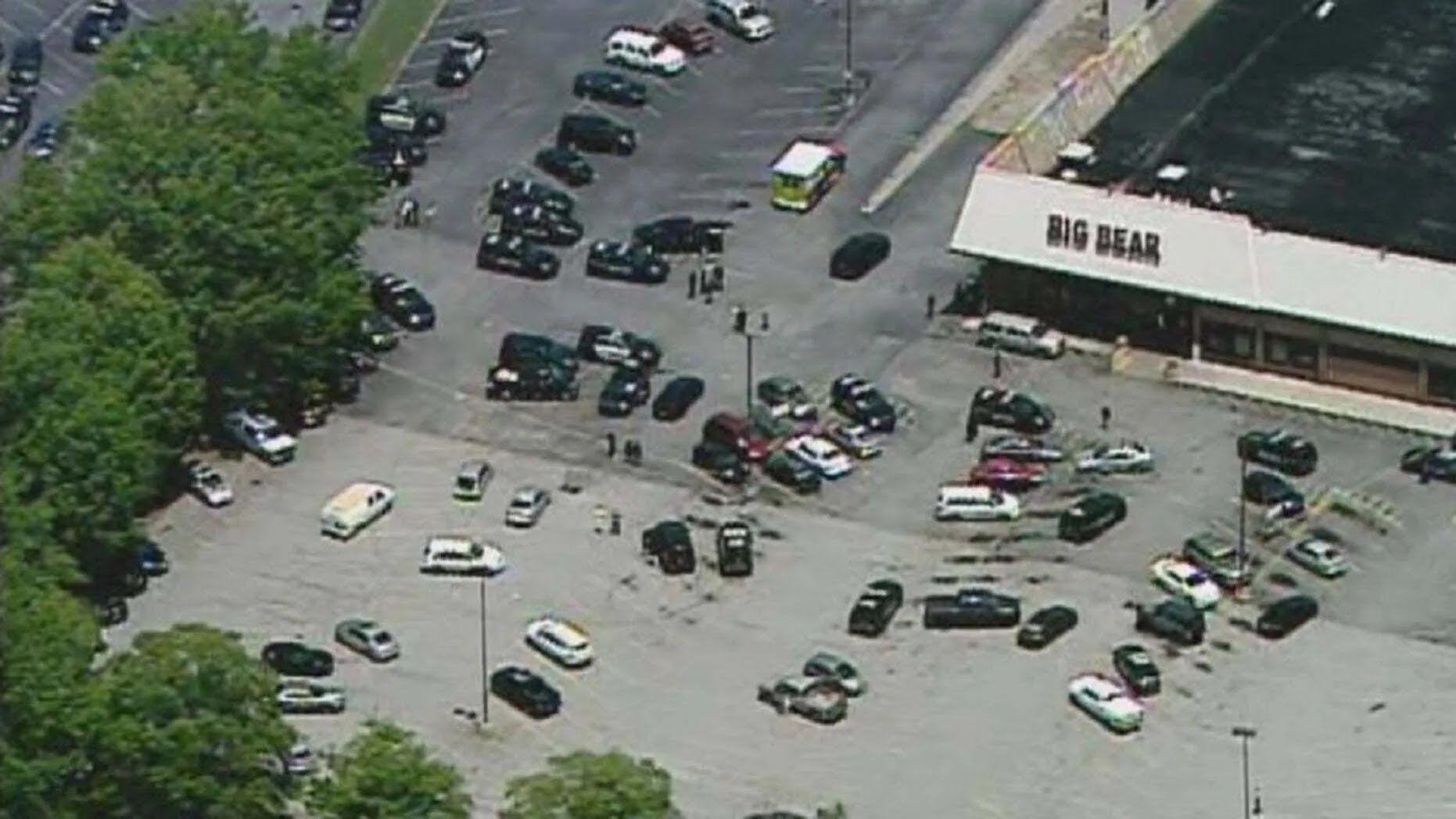 Поранений злочинець намагався виповзти з магазину, але його затримали