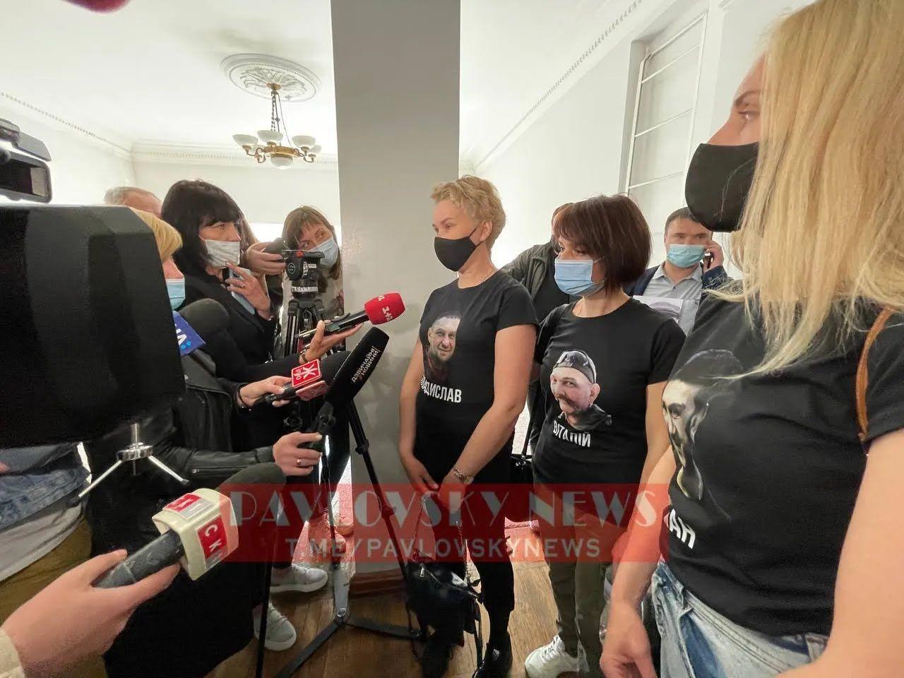 Жены убитых пришли в суд с их фото на футболках