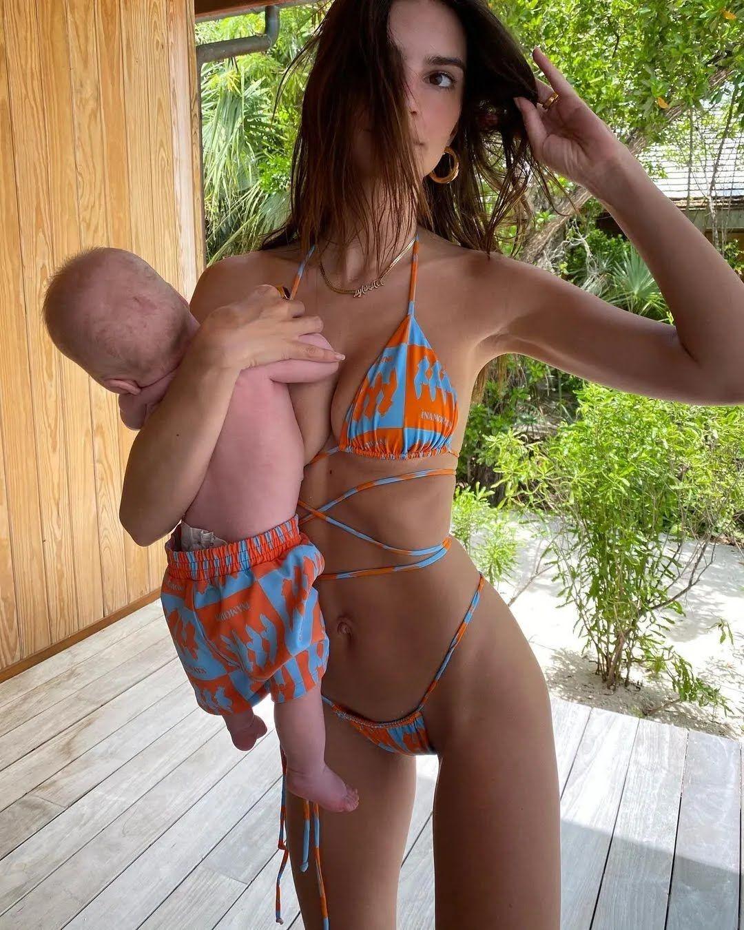 Ратаковски в ярком образе с малышом на руках
