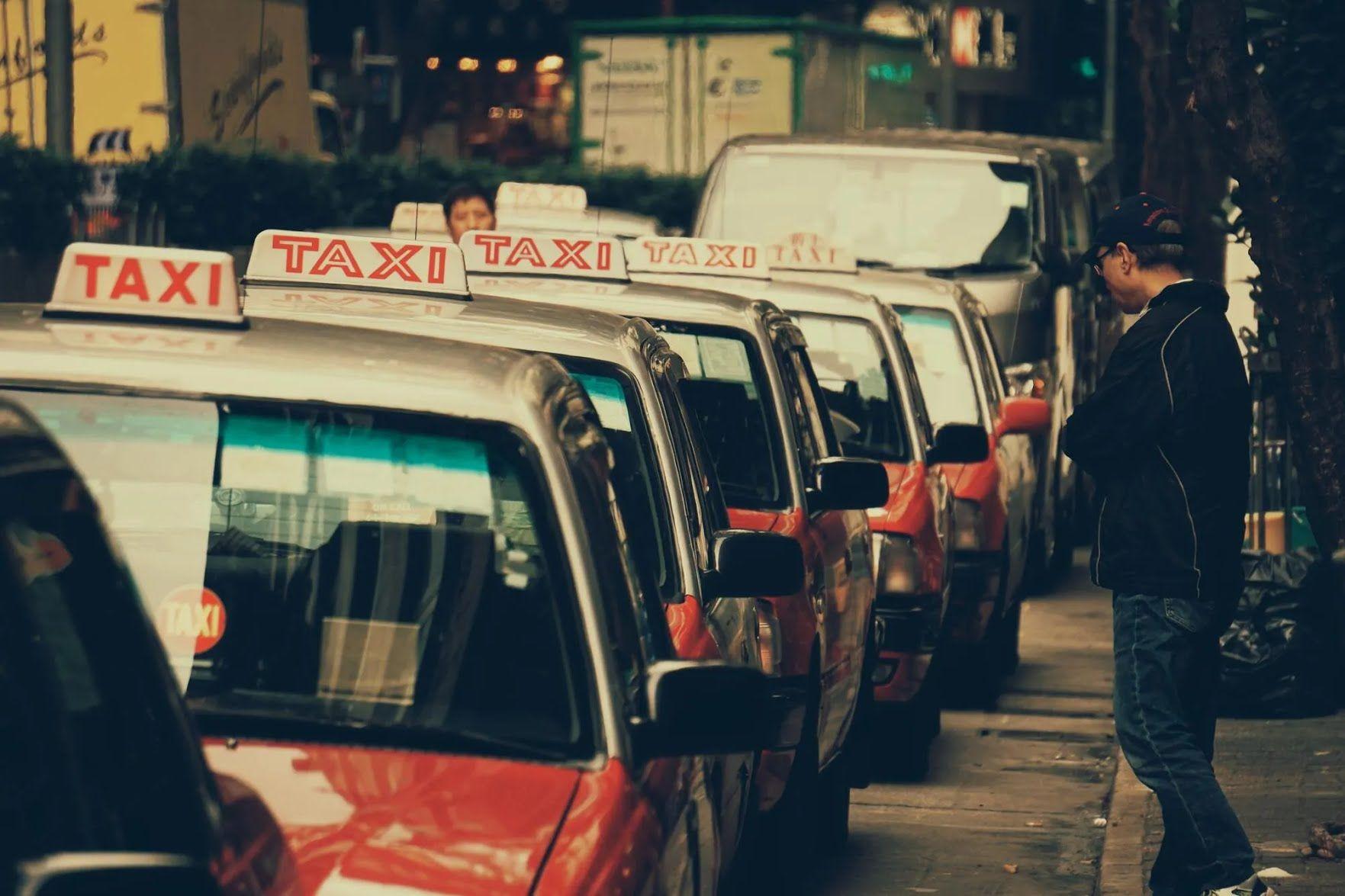 В стране запрещено парковаться на территории для такси