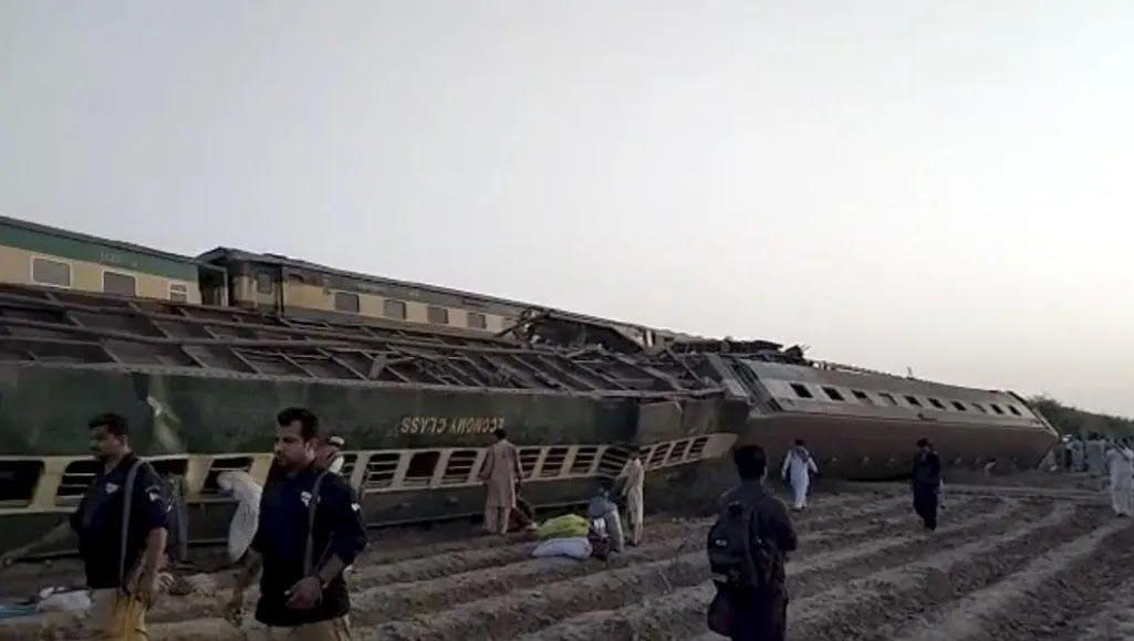 Поезд сошел с рельсов.