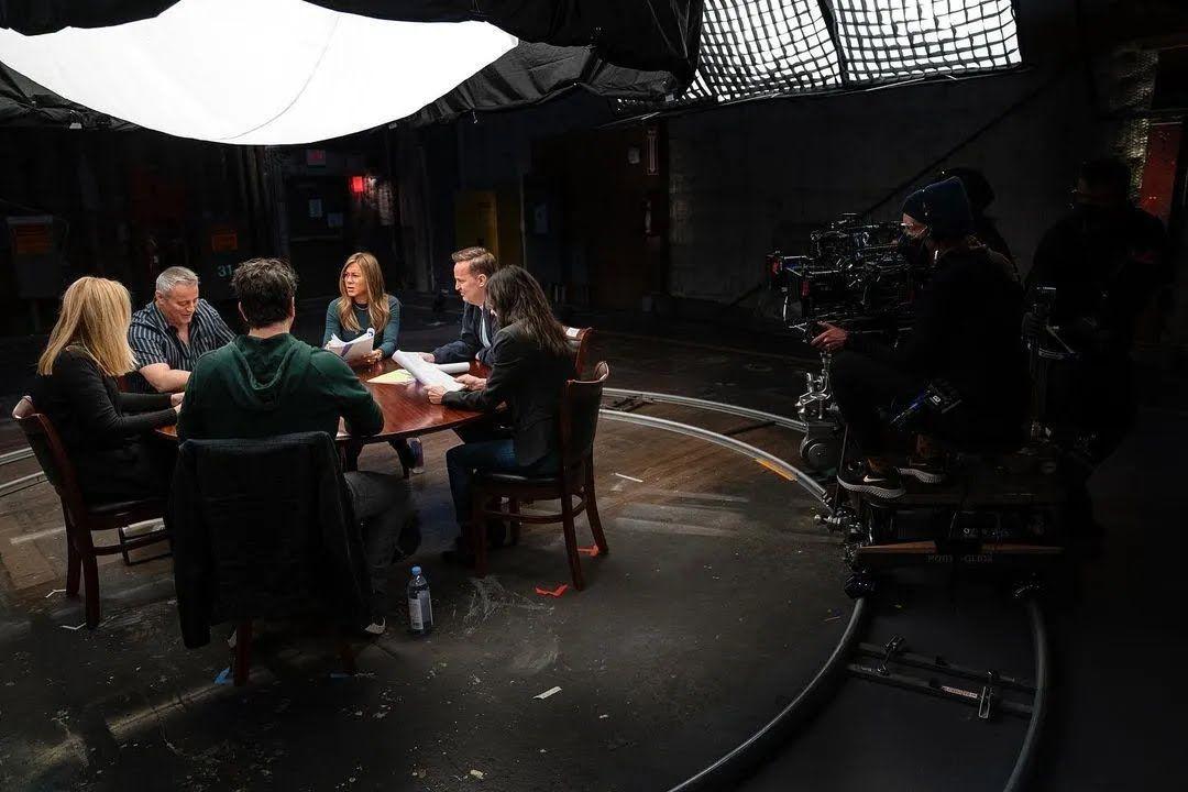 Камера запечатлела момент, когда все актеры киноленты сидели за одним столом и читали сценарий