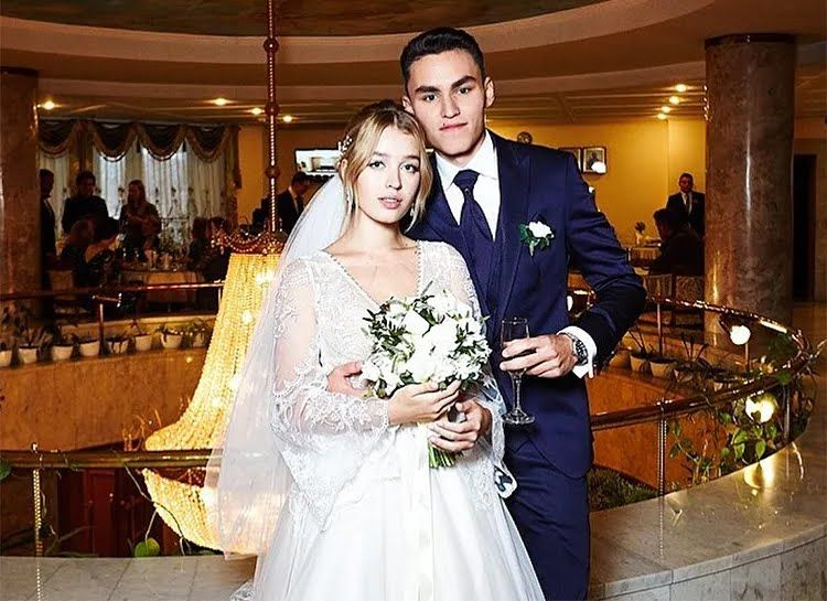 Сын артиста со своей супругой.