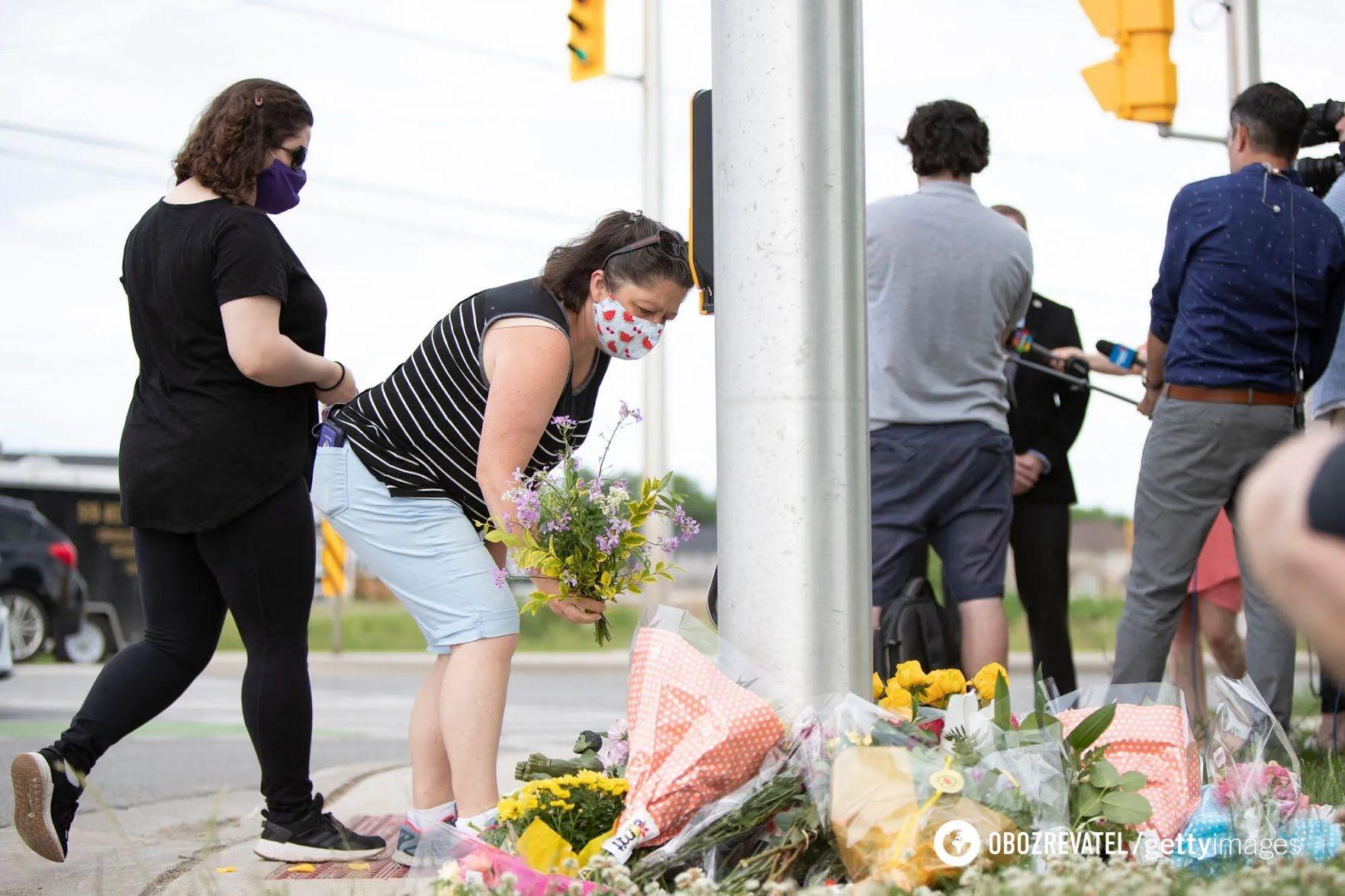 Люди несут цветы к месту трагедии