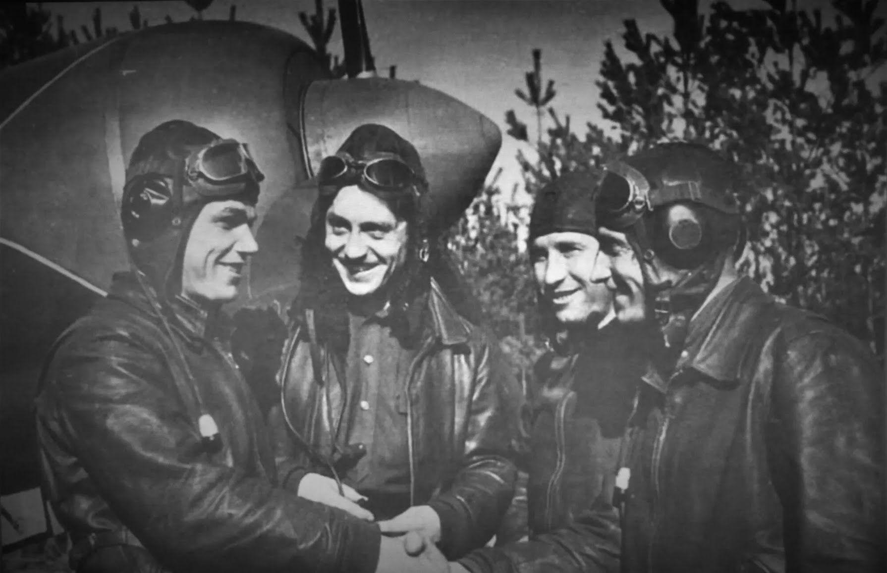 Иван Кожедуб с боевыми товарищами возле Ла-7