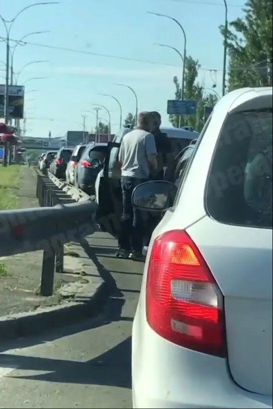 Двое водителей устроили потасовку из-за места на дороге.