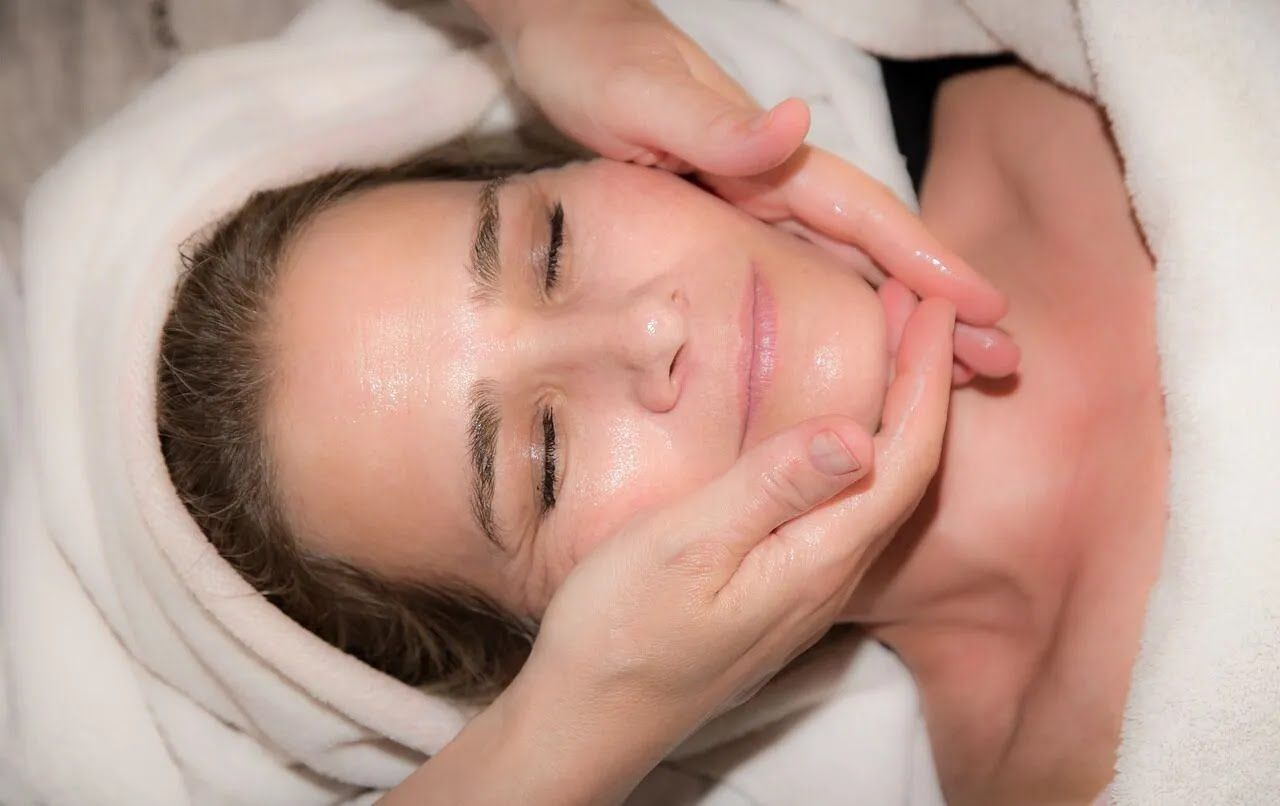 Вдома варто робити масаж обличчя.