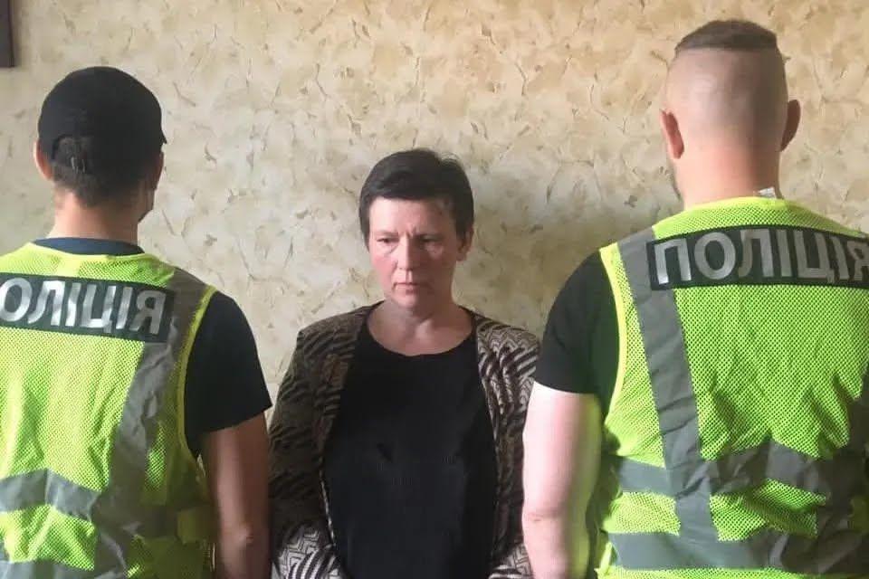 Підозрювана після затримання поліцейськими