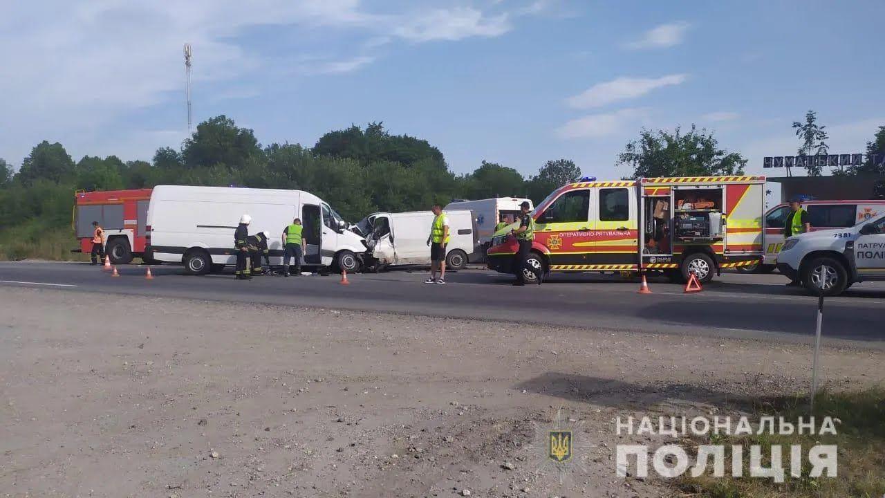 На трассе под Тернополем столкнулись три авто.