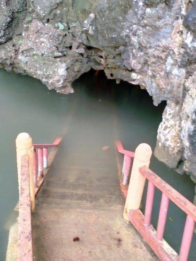 Лестница ведет в затопленную пещеру.
