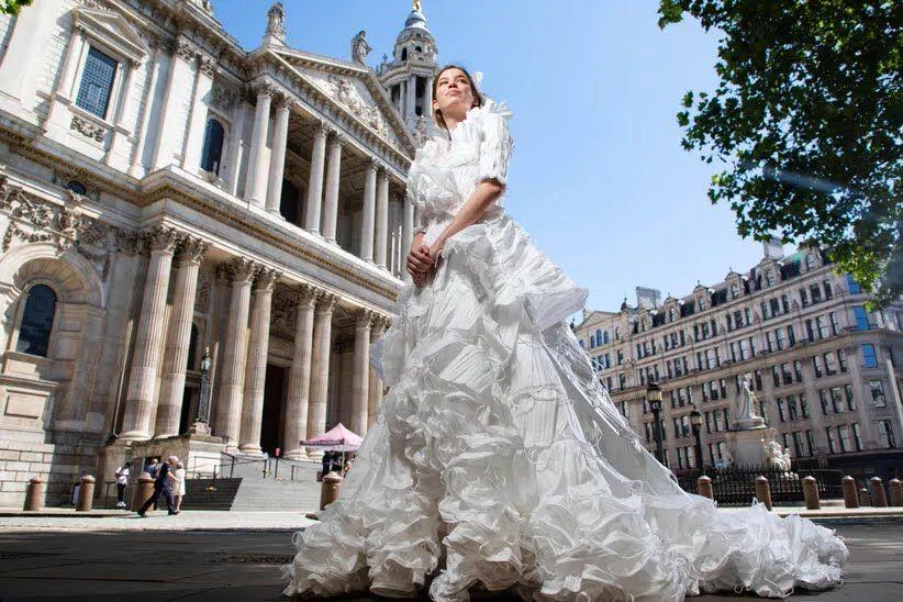 Свадебное платье из медицинских масок.