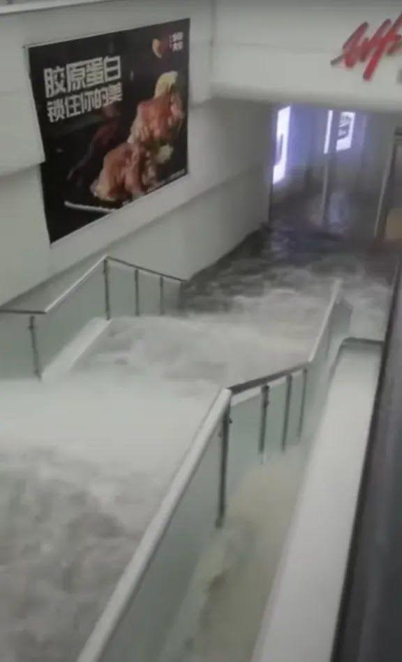 В Чжэнчжоу затопило метро.