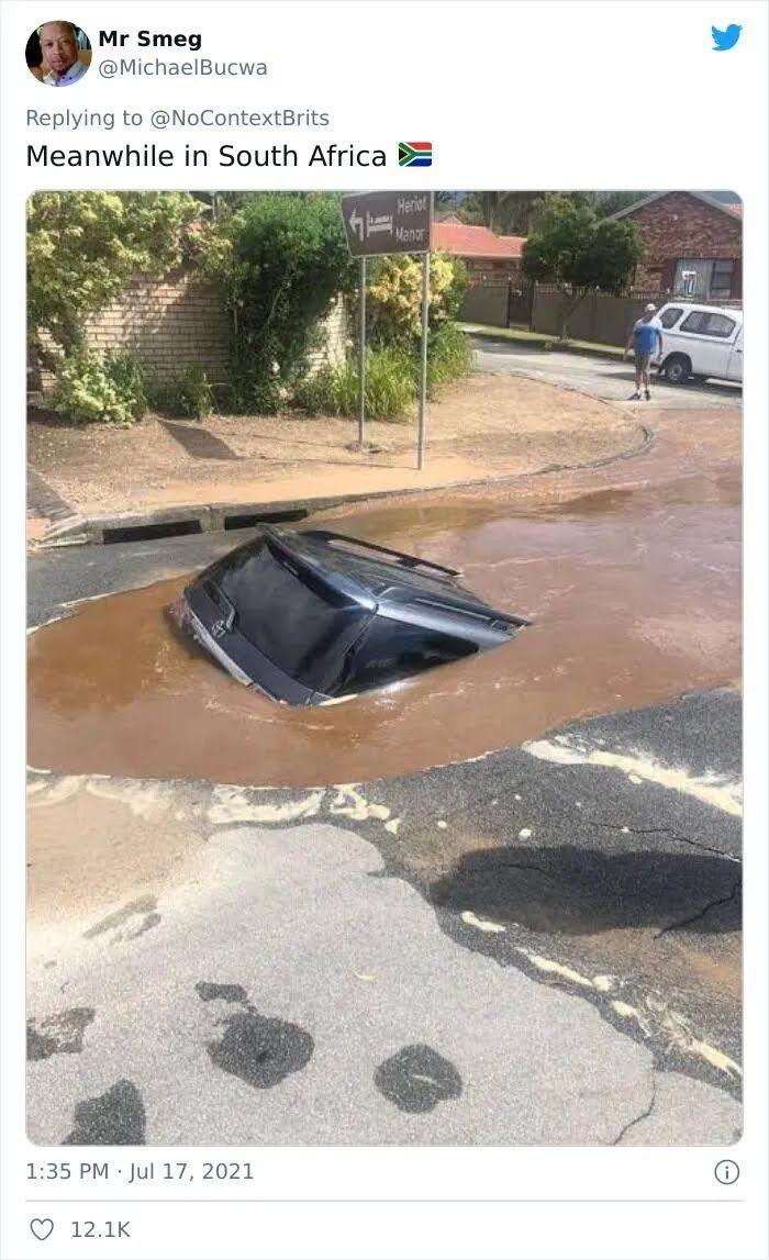 Автомобиль утонул в огромной яме.