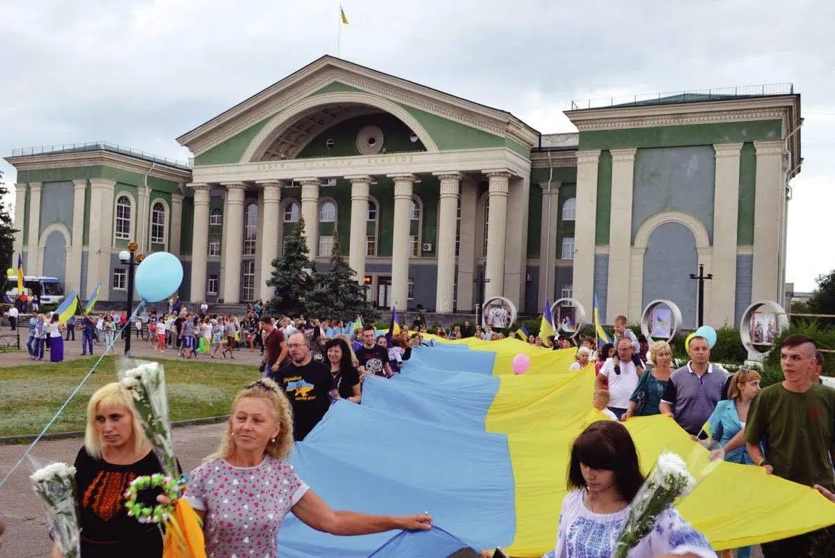 ВСУ встречали с флагами Украины