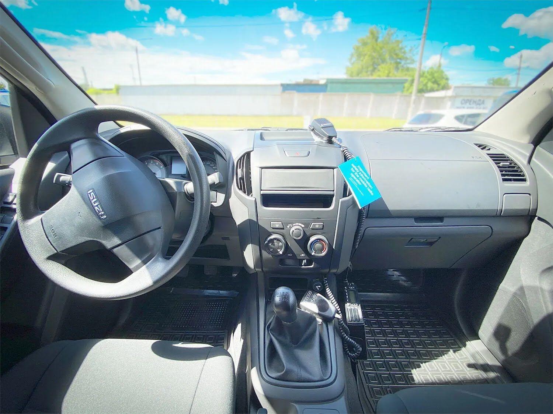 Кожен автомобіль укомплектований світловою панеллю з гучномовцем, засобами зв'язку та має відповідну стандартам відомчу символіку