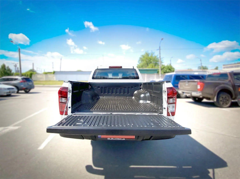 В кузові є захисне полімерне покриття поверхні багажного відсіку.