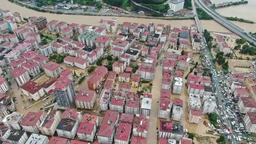 Безперервні зливи в Туреччині викликали повінь на чорноморському узбережжі. Фото та відео