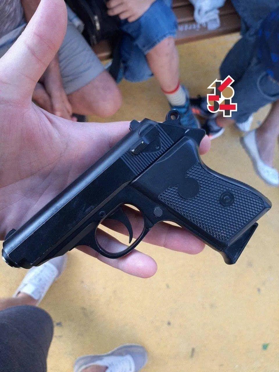 Пістолет, з якого стріляв школяр.