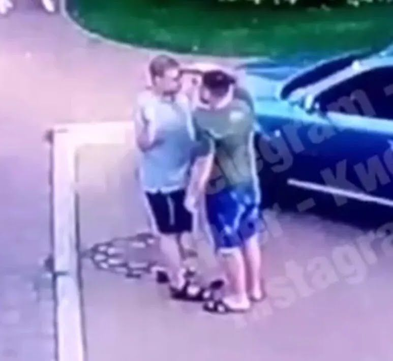 Водій приставив пістолет до обличчя опонента.