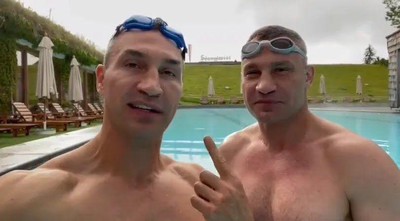 Брати Клички в басейні.
