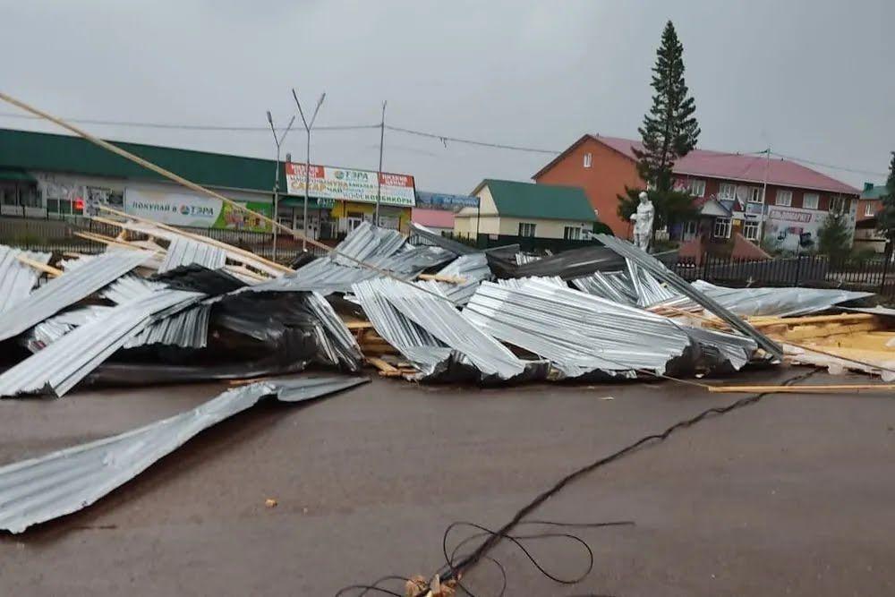 Знесена вітром покрівля магазину впала на дівчинку
