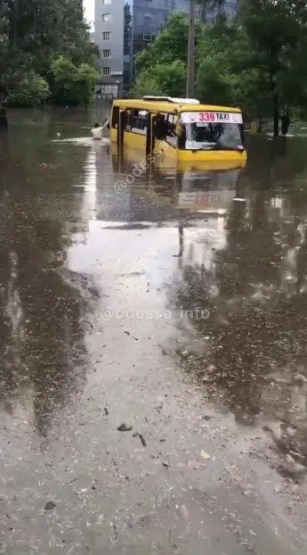 Маршрутка заглохла в воді посеред дороги.