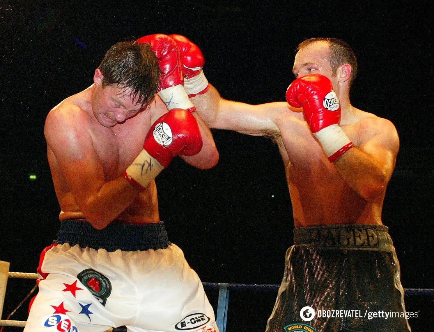 Андре Тюссе (зліва) в бою з Брайаном Магі.