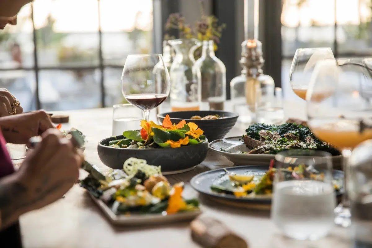 Часто відпочивальники отримують отруєння від їжі із шведського столу через велику кількість вживаних жирних і смажених продуктів