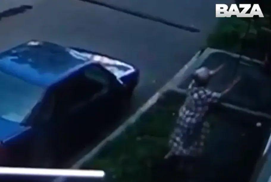 Женщина поймала ребенка.