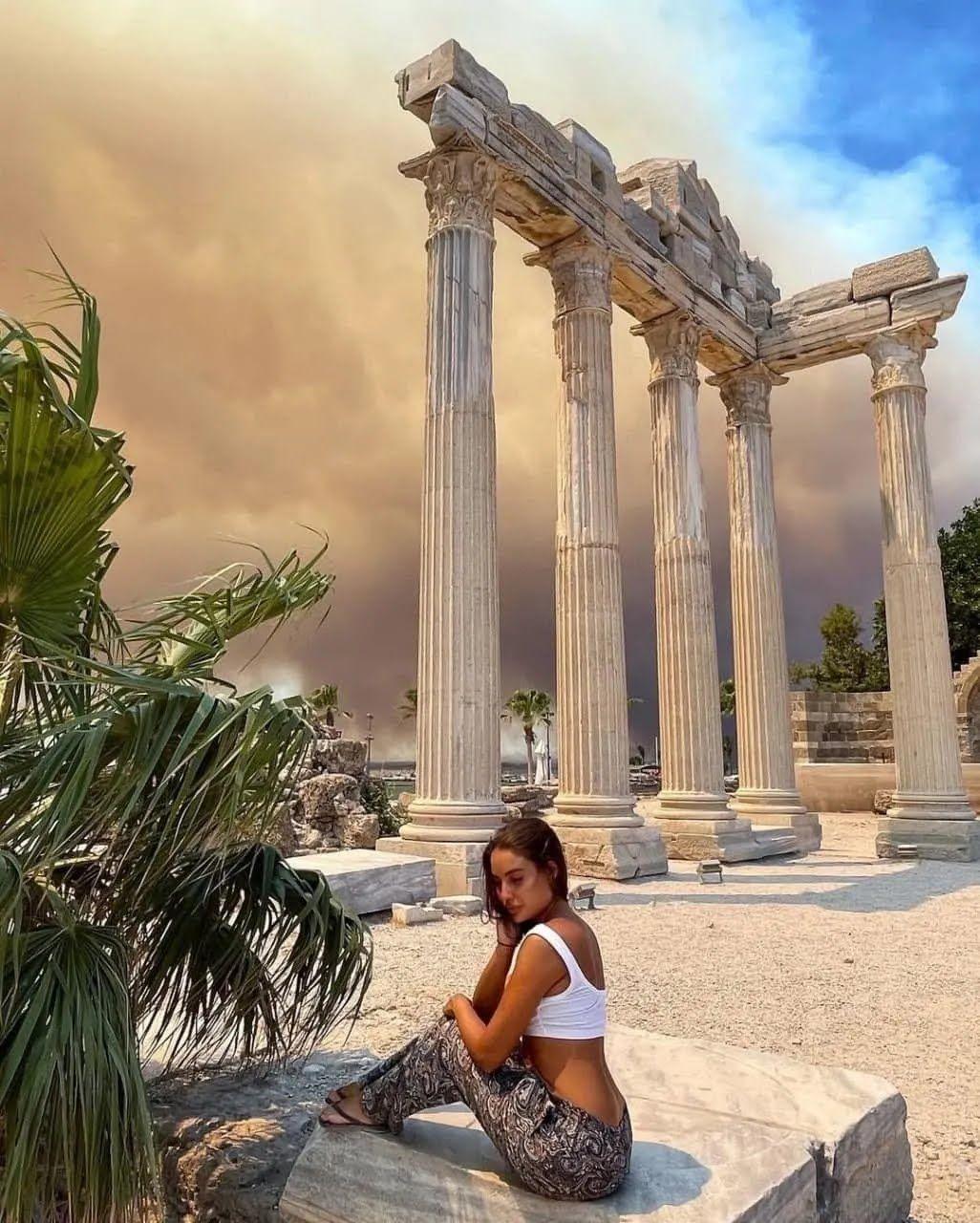 Дівчина показала фото на тлі густого диму.