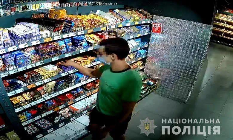 Парень пытался вынести шоколадку из магазина.