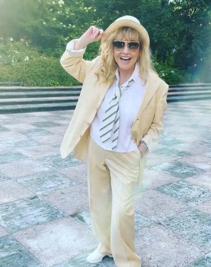 Алла Пугачева позировала в новом стиле в собственном саду