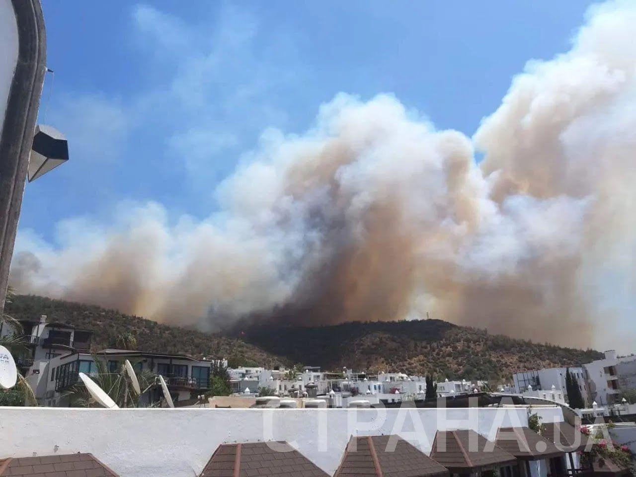Пожар очень быстро распространяется, утверждают туристы