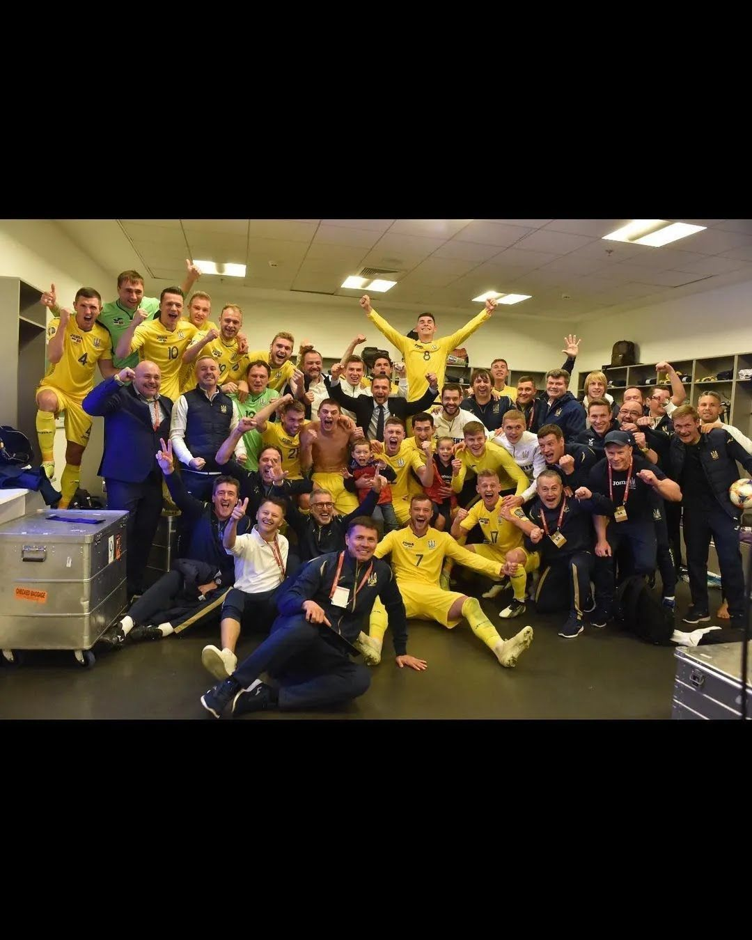 Сборная Украины после победы над Швецией на Евро-2020.