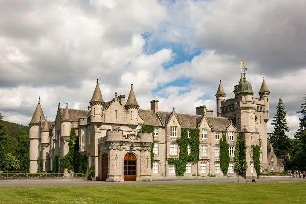 Замок в поместье Балморал в Шотландии .