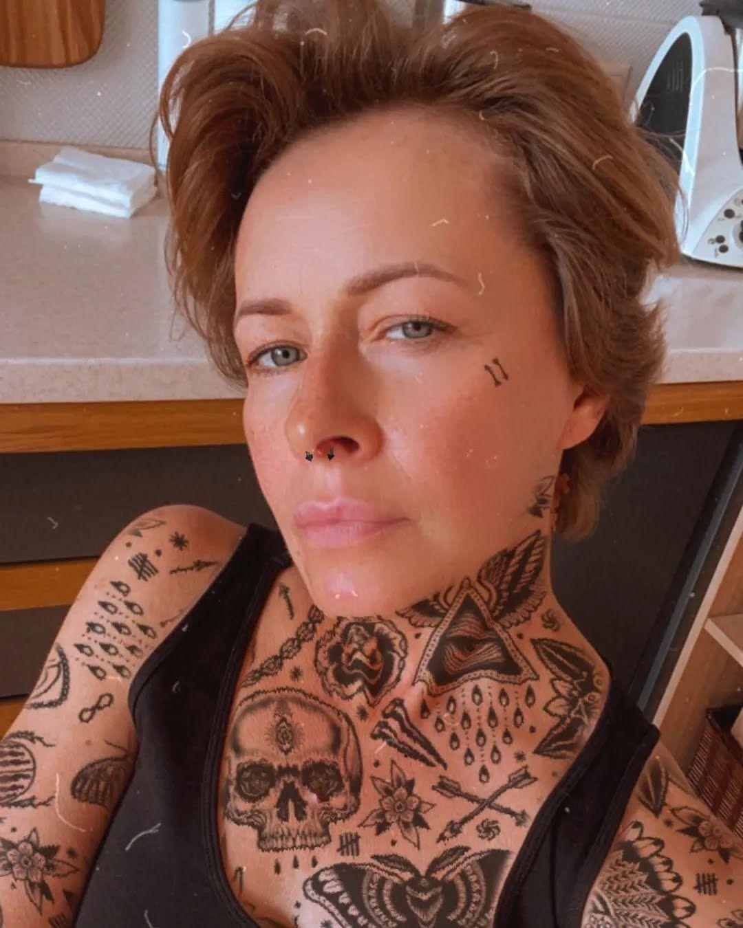 Олена Кравець з татуюваннями