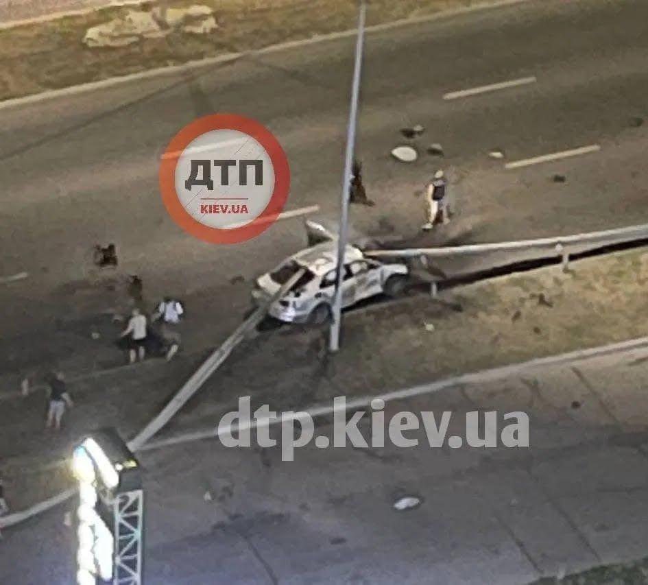 Отбойник пробил машину на сквозь.