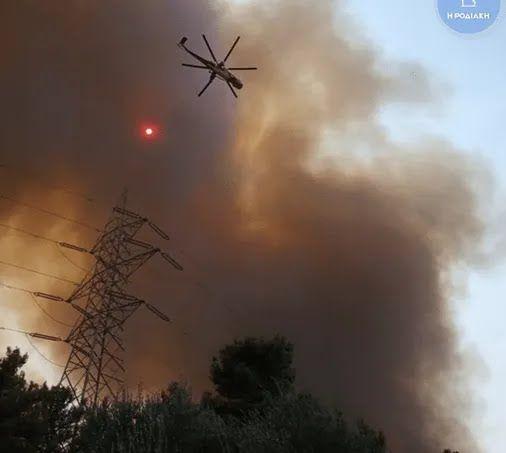 Спасатели Греции тушат пожары .