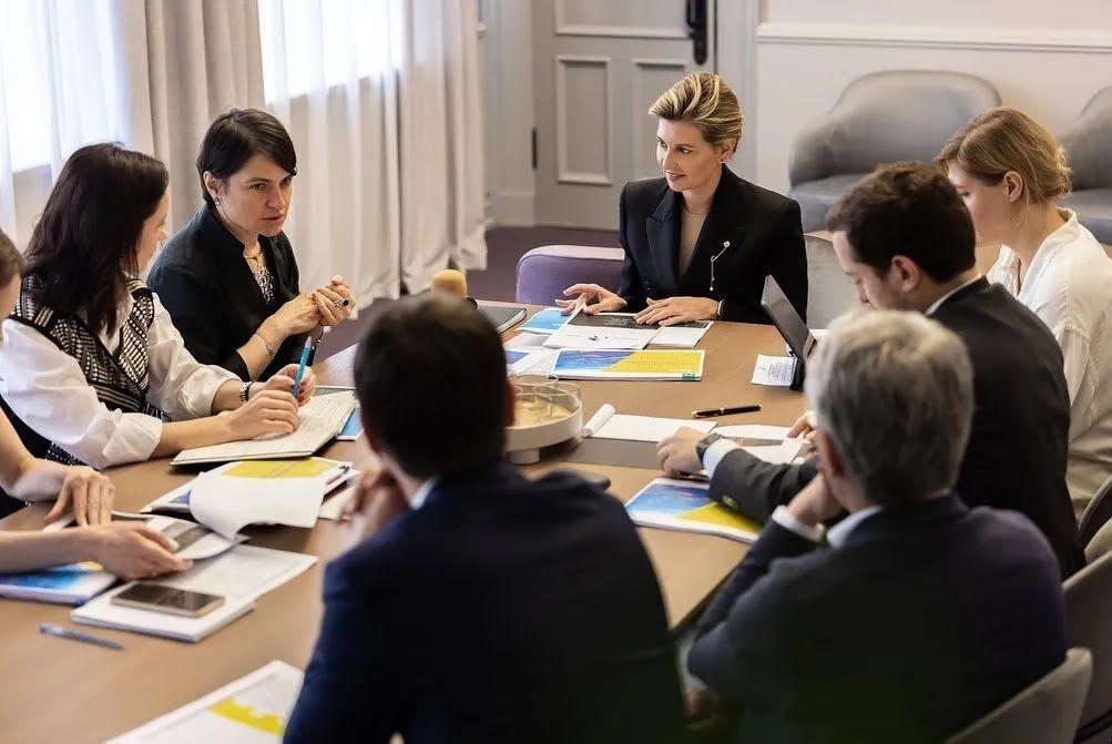 Елена Зеленская в стильном образе на встрече