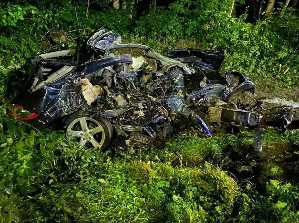 От машины осталась груда металла.