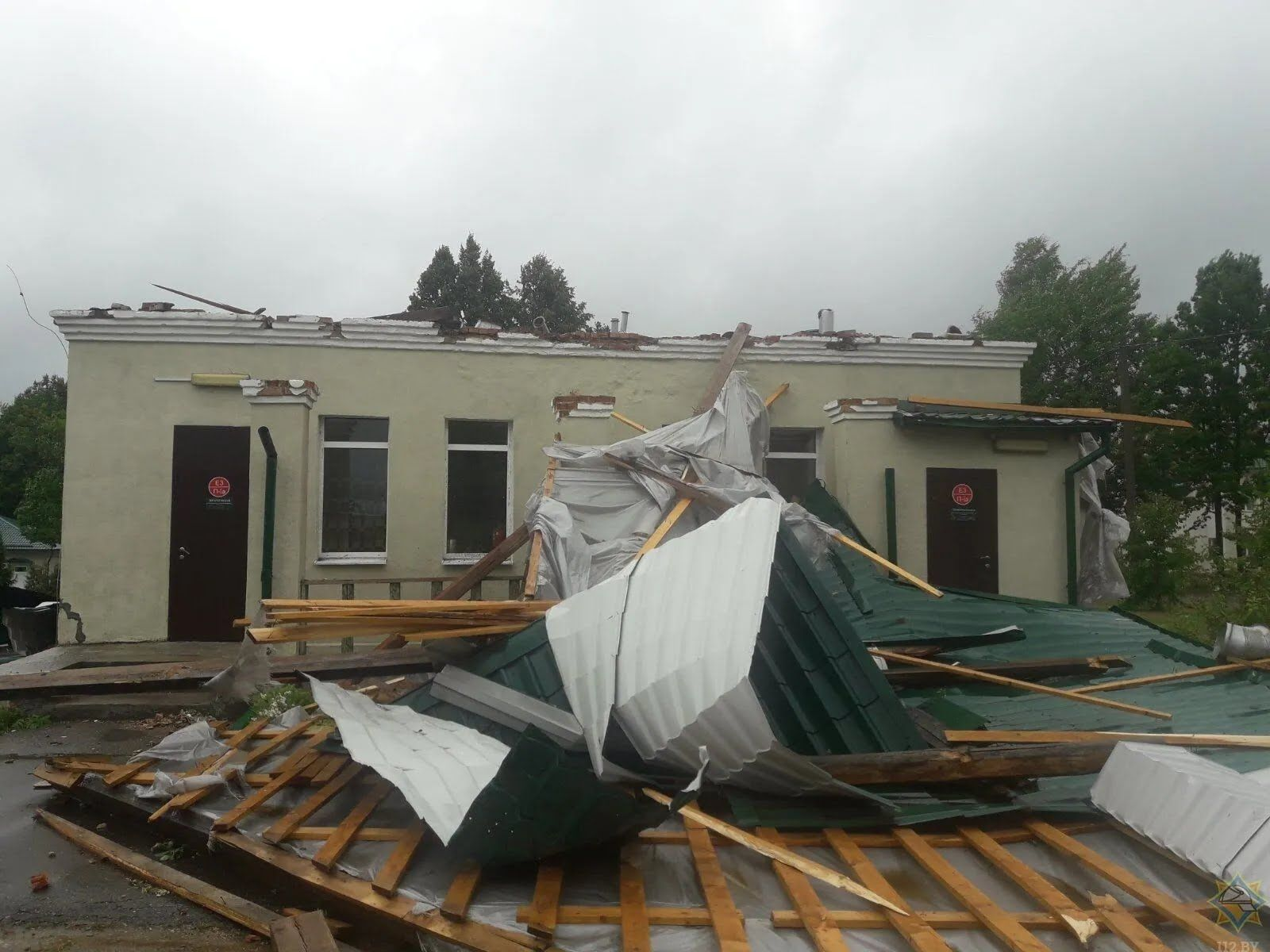 Ураган разрушил здания.