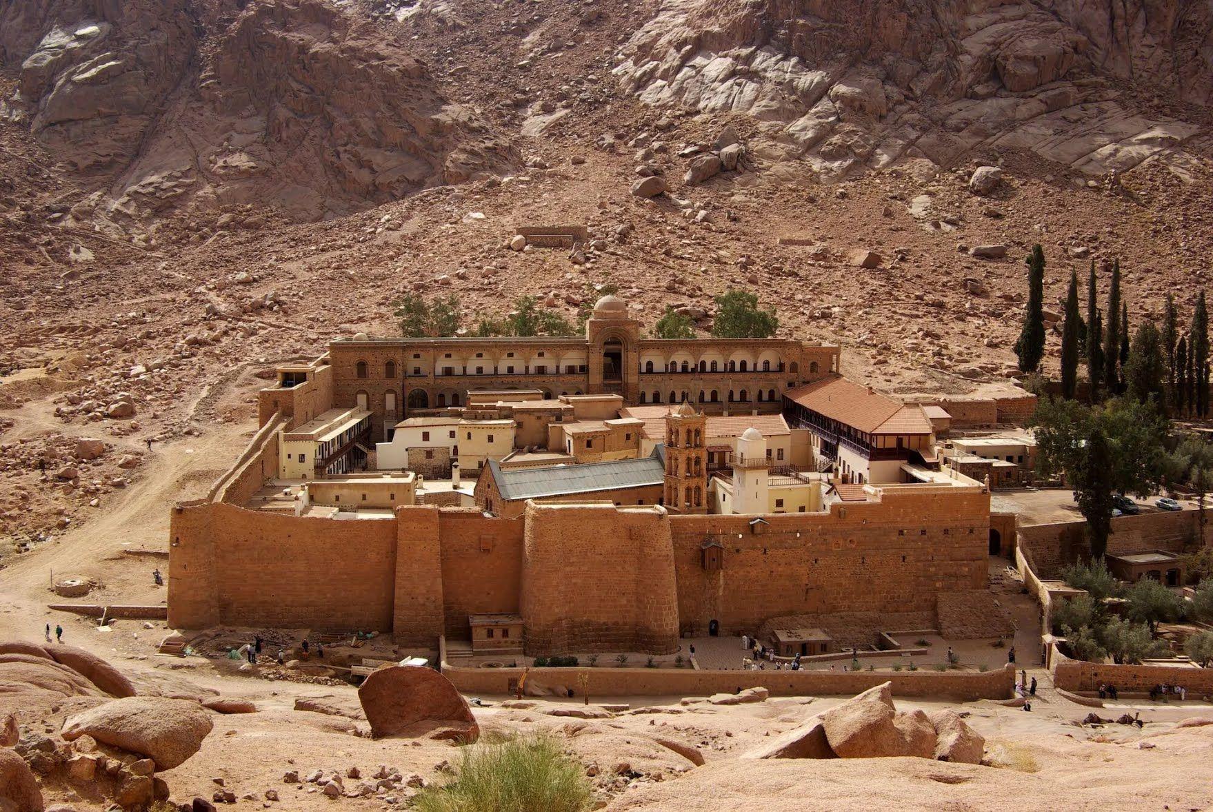 Монастир святої Катерини і гора Мойсея розташовуються в туристичному містечку Шарм-ель-Шейх