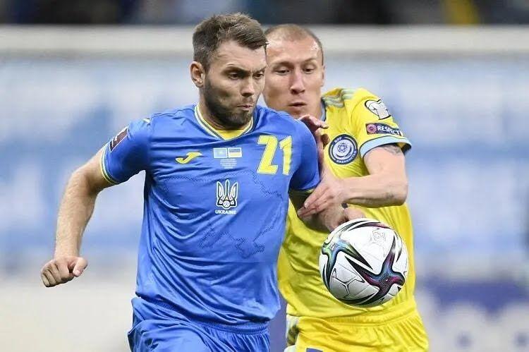Олександр Караваєв у грі з Казахстаном.