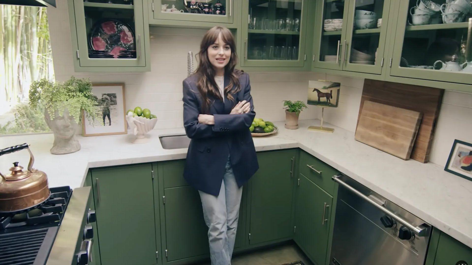 Дакота Джонсон часто готовит на кухне.