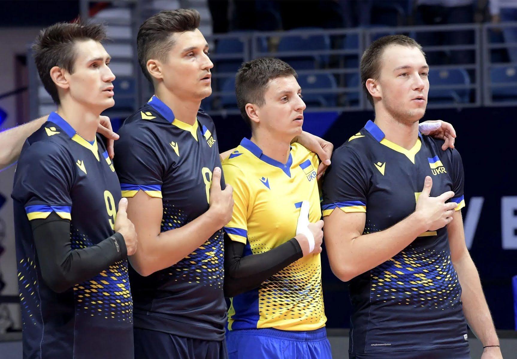 Украинцы исполняют гимн страны.